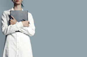 Bei einer Entzündung durch eingewachsene Haare kann es sinnvoll sein zum Arzt zu gehen.