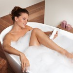 Während dem Duschen oder in der Badewanne empfiehlt sich das Epilieren.