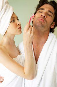 Rasieren ohne Rasiergel? Bloß nicht! Ein eingewachsenes Haar ist quasi vorprogrammiert.