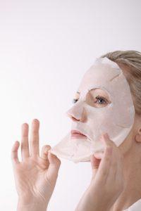 Regelmäßiges Peeling hilft eingewachsene Haare zu vermeiden.