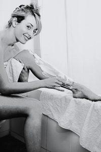 Frauen haben oft an den Beinen Rasierpickel