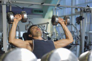 Beim Muskelaufbau kann es besonders unter den Achseln und an den Oberarmen zu Dehnungsstreifen kommen.