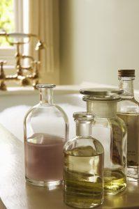 Massagen mit Öl helfen gegen Dehnungsstreifen.