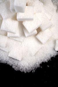 Ein selbstgemachtes Zuckerpeeling als Hausmittel gegen ein eingewachsenes Haar