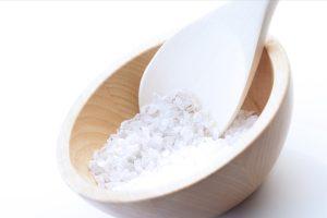 Salz peelt die Haut und hilft Entzündungen zu bekämpfen.