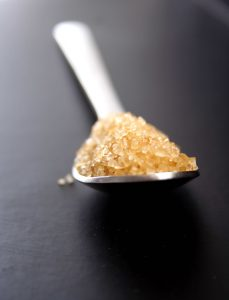 Der Zucker in der Sugaring Paste klebt nur an den Haaren und nicht an der Haut was das Sugaring so schonend macht.