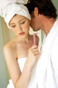 Für die richtige Rasur im Intimbereich muss natürlich auch ein richtiger Rasierer genutzt werden mit scharfen Klingen.