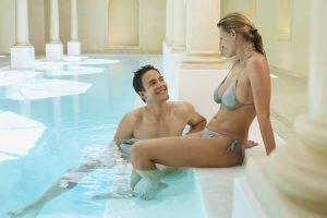 Entspannt und ohne dem Bedürfnis die Bikinizone zu verstecken: RIchtig Rasieren im Intimbereich