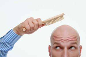 Kein Witz: Das Kämmen einer Glatze erhöht die Durchblutung und ist so eine gute Pflege für die Kopfhaut.