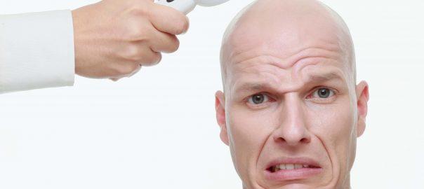 Pickel auf der Glatze sind ein Problem für viele Männer.