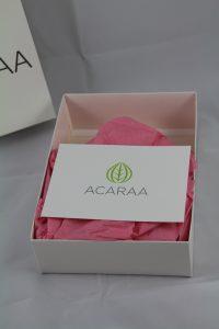 In einer stilvollen Verpackung werden die Produkte von ACARAA versendet.