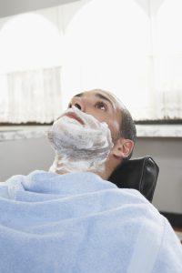Gesicht und Hals sollten sorgfältig mit einem Rasiergel eingecremt werden um ohne Pickel zu rasieren.