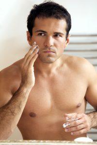 Die Haut sollte nach der Rasur gepflegt werden um Pickel vorzubeugen