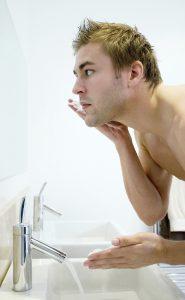 Ein Rasurbrand ist unangenehm und kann zu Entzündungen führen. Daher sollte dieser behandelt werden.