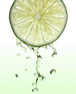 Fruchtsäurepeelings werden aus Fruchtzucker hergestellt und helfen gegen dunkle Flecken.