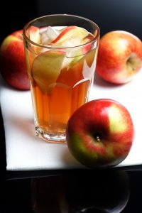 Ein eingewachsenes Haar kann durch Apfelessig behandelt werden.