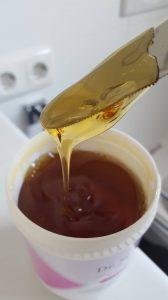 Die zähflüssige Sugaring Zuckerpaste wird wie in der Anleitung beschrieben aufgetragen.