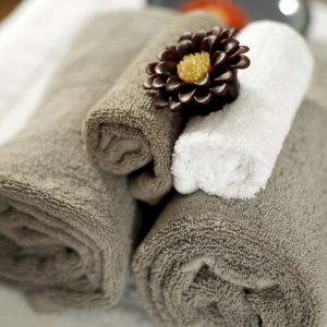 Ein feuchtes und warmes Handtuch kann die Poren öffnet und erleichtert die Rasur.