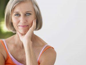 Während der Pubertät und den Wechseljahren bekommen viele Frauen einen regelrechten Flaum im Gesicht. Diese Gesichtshaare können mit einem Gesichtsepilierer entfernt werden.